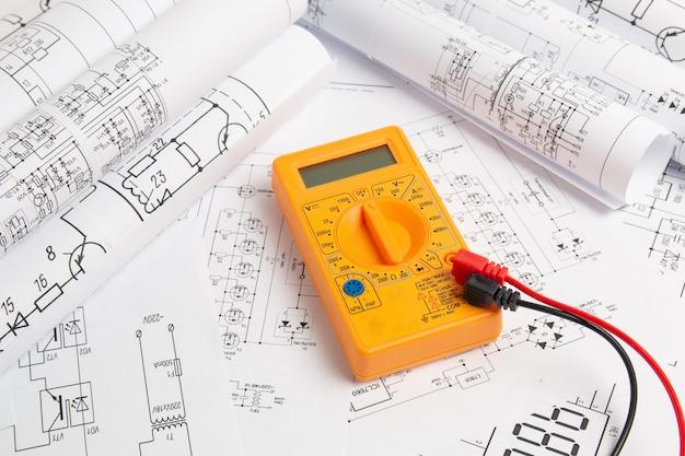 Dessins de génie électrique et multimètre numérique