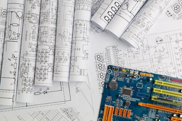 Dessins de génie électrique en papier et carte mère d'ordinateur