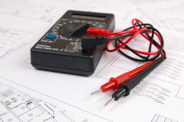 Dessins d'ingénierie électrique et multimètre numérique