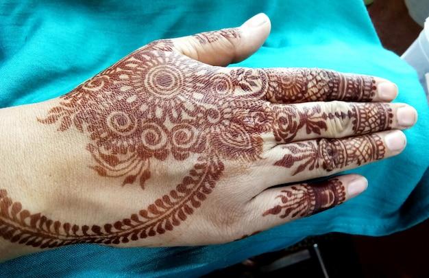 Dessins mehndi populaires pour les mains ou les mains peintes avec les traditions indiennes mehandi