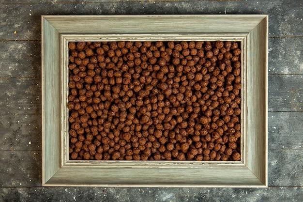 Dessus de boules de maïs de céréales au chocolat encadrées