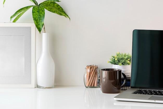 Dessus de bureau avec ordinateur portable et fournitures de bureau, espace de travail et espace de copie.