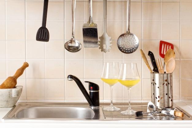Dessus de cuisine avec des ustensiles de cuisine