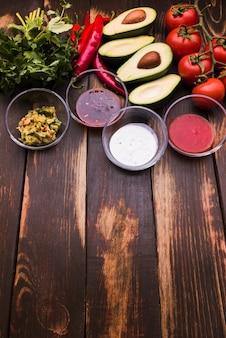 De dessus la disposition des légumes et des sauces