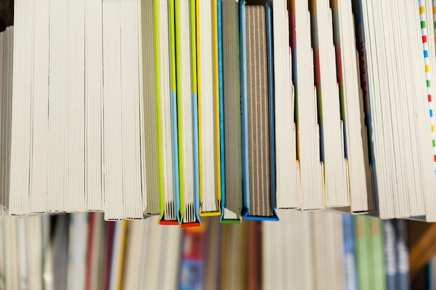 De dessus de l'étagère avec des livres
