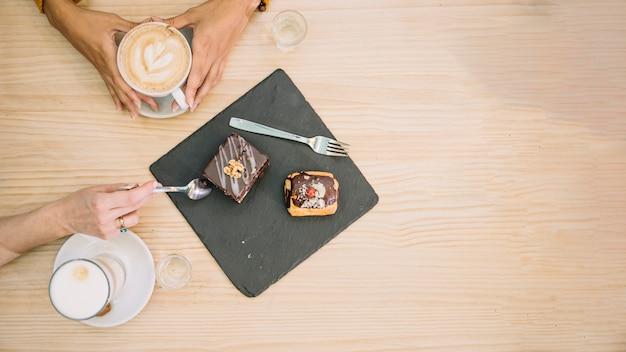 De dessus les femmes avec le dessert et le café