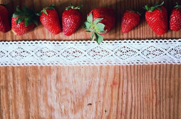 Dessus de fraises sur bois et dentelle