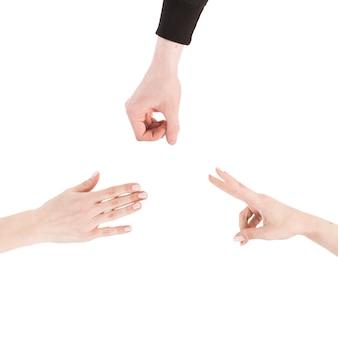 De dessus des mains en jouant au jeu roshgambo
