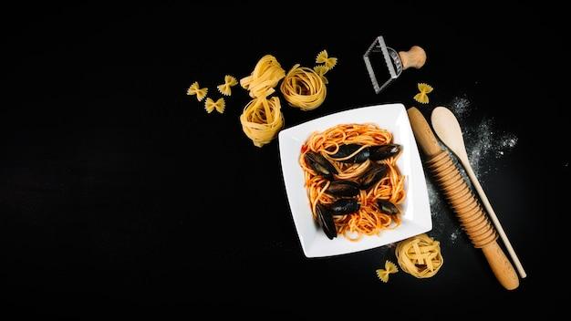 De dessus des pâtes avec des moules