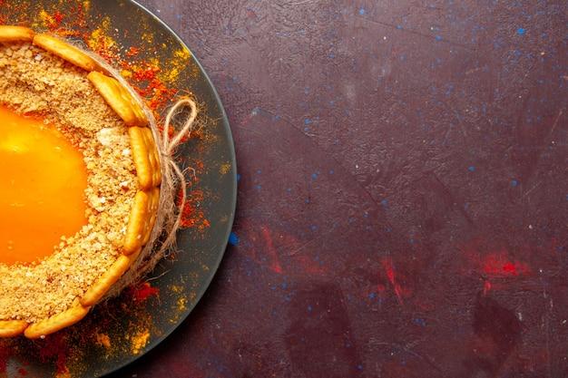 Dessus de plus près délicieux gâteau lumineux avec crème et biscuits biscuits sur la surface sombre gâteau biscuit tarte au sucre biscuit sucré
