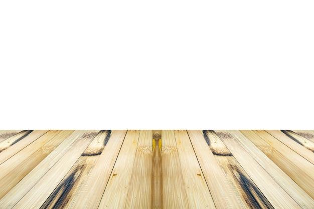 Dessus de table en bois de bambou vide isolé sur fond blanc pour montage d'affichage de produit