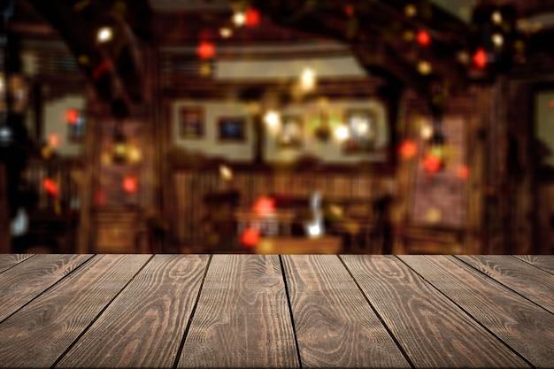 Dessus de table en bois blanc devant les lumières floues abstraites du restaurant