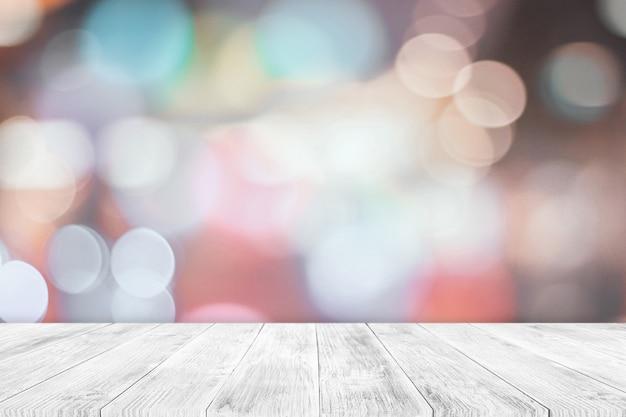 Dessus de table en bois blanc vide sur fond flou flou. utilisé pour l'affichage ou le montage de vos produits.