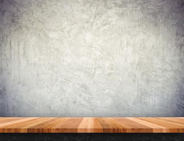 Dessus de table en bois brun vide avec mur en béton, maquette pour affichage ou montage du produit