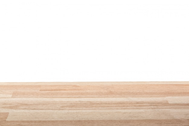 Dessus de table en bois clair vide isolé sur fond blanc