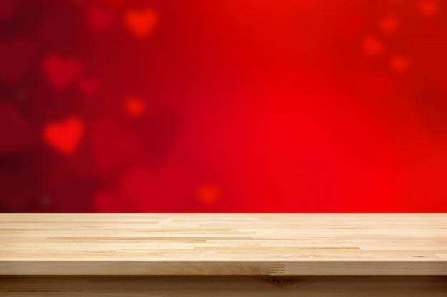 Dessus de table en bois sur fond abstrait flou coeur rouge