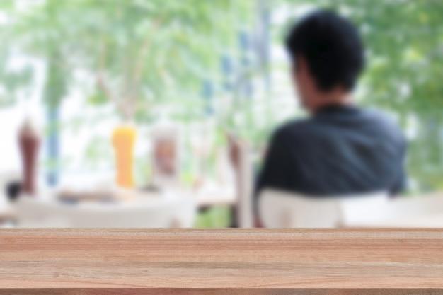 Dessus de table en bois sur fond flou