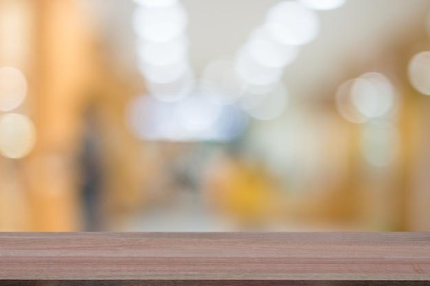 Dessus de table en bois sur le fond intérieur d'hôpital de flou