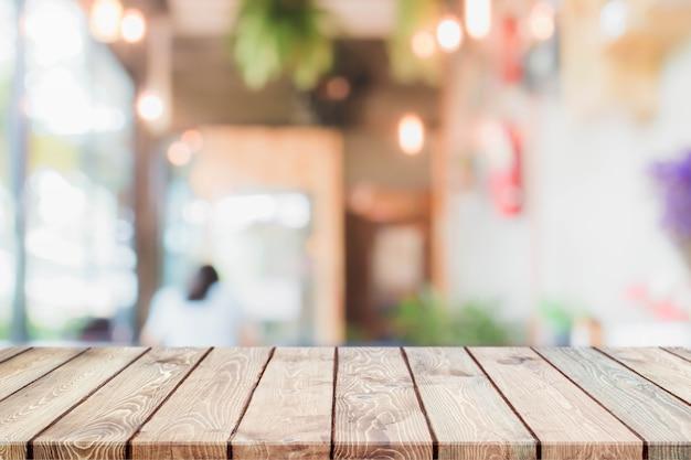 Dessus de table en bois et fond d'intérieur de restaurant floue - peut utilisé pour l'affichage ou le montage de vos produits.