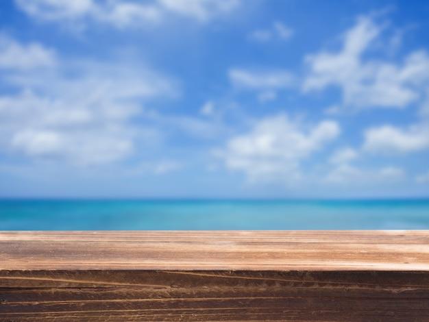 Dessus de table en bois avec fond de mer flou