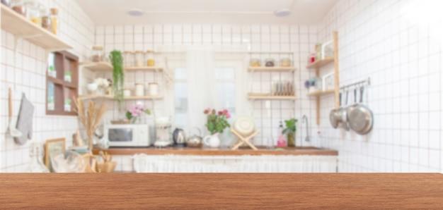 Dessus de table en bois sur fond de salle de cuisine flou.