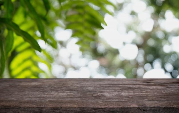Dessus de table en bois à l'intérieur de la pièce d'arrière-plan flou avec espace de copie vide.