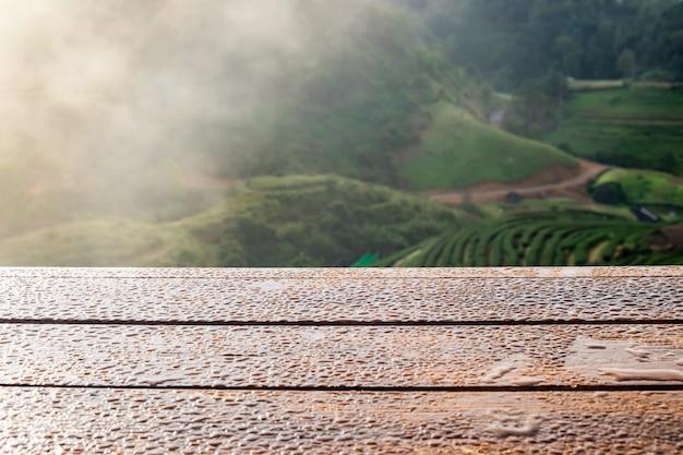 Dessus de table en bois sur plantation de thé naturel
