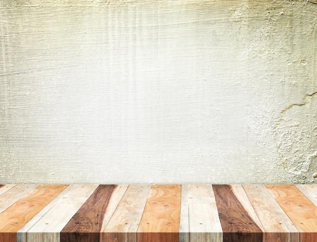 Dessus de table en bois tropical vide au mur de béton de grunge, modèle simulacre pour l'affichage de votre produit