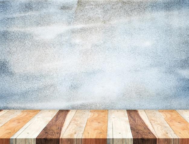 Dessus de table en bois tropical vide au mur de pierre bleu grunge, modèle simulacre pour l'affichage de votre produit
