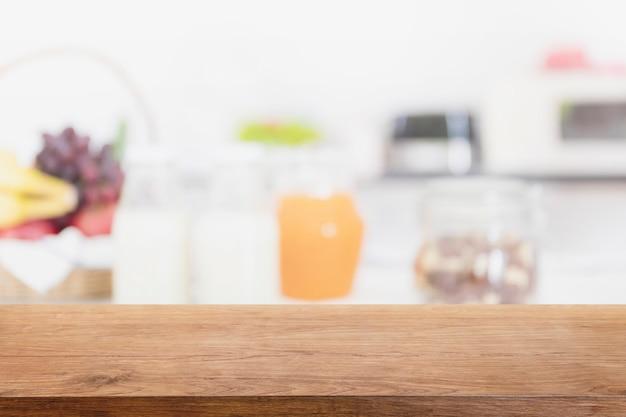 Dessus de table en bois vide et intérieur de cuisine floue