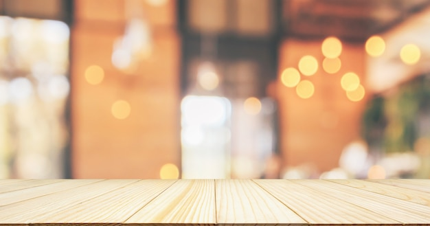 Dessus de table en bois vide avec intérieur de restaurant café ou café