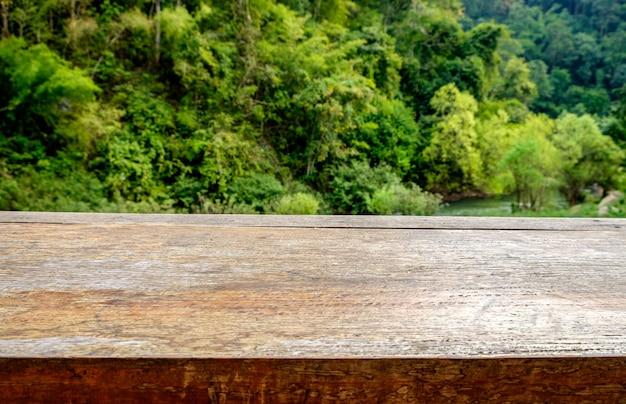 Dessus de table en bois sur la vue naturelle de la montagne