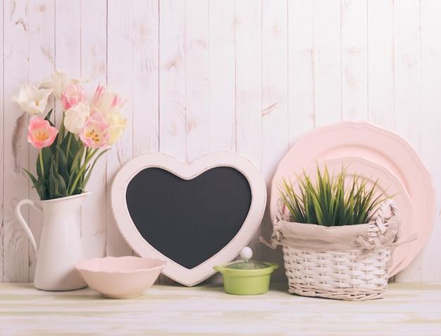 Dessus de table de cuisine dans le style shabby chic rustique, décorations roses