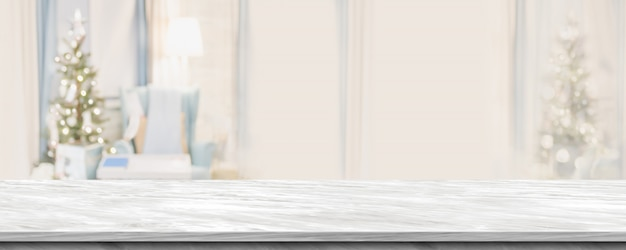 Dessus de table en marbre gris vide avec décor abstrait de salon chaleureux avec flou d'arbre de noël