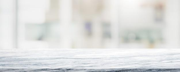 Dessus de table en mosaïque de céramique blanche vide et arrière-plan flou de café et de restaurant bokeh.