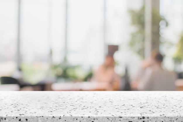 Dessus de table en pierre et fond d'intérieur de restaurant floue - peut utilisé pour l'affichage ou le montage de vos produits.