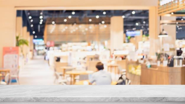 Dessus de table en pierre de marbre blanc vide et verre flou intérieur café et restaurant