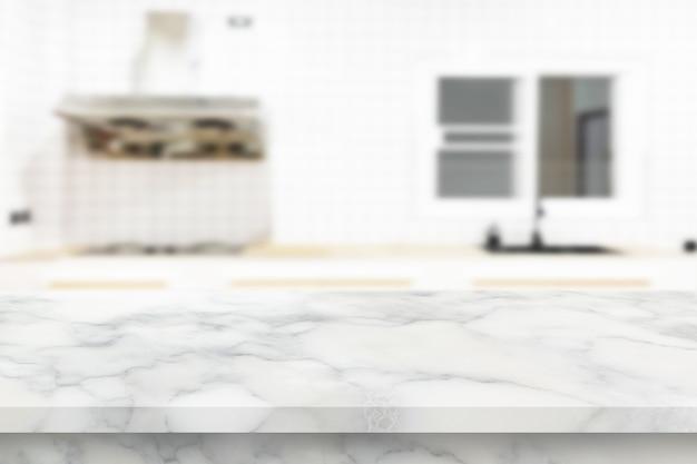 Le dessus de table en pierre de marbre sur fond flou de comptoir de cuisine peut être utilisé pour l'affichage ou le produit