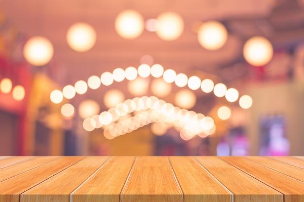 Dessus de table vide de planche de bois sur fond flou