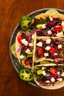 Dessus de vue arrangement savoureux de tacos