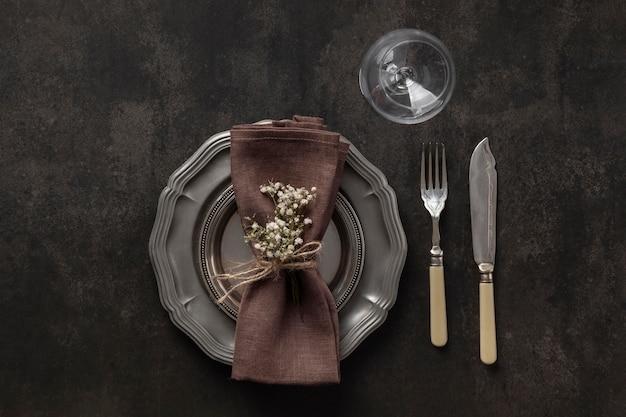 Dessus de vue assiettes, couverts et verre