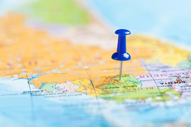 Destination de voyage, broche bleue sur la carte