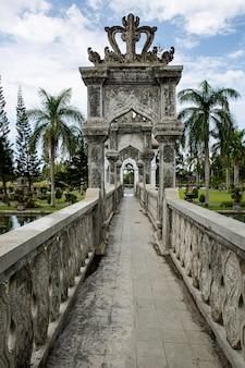 Destination de voyage. palais du temple de l'eau de karangasem à bali, indonésie.