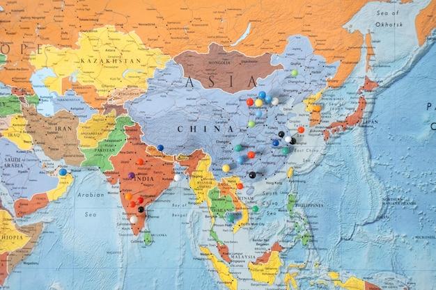 Destinations épinglées sur une carte. gros plan des épingles sur la carte du voyage de planification de voyage.