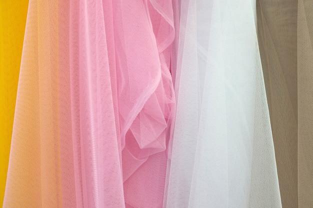 Détail agrandi de la texture des tissus multicolores