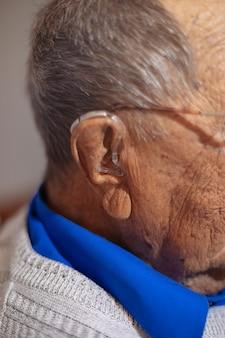 Détail d'une aide auditive d'une personne âgée