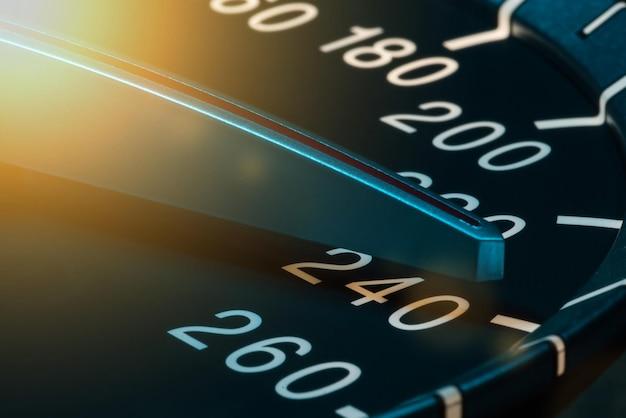 Détail de l'aiguille du compteur kilométrique ou du compteur de vitesse d'une voiture à grande vitesse