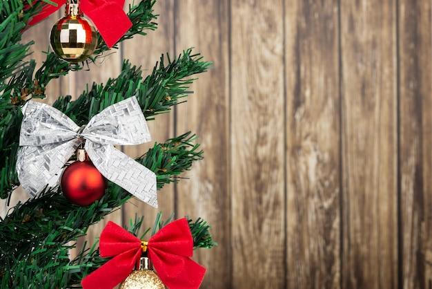 Détail De L'arbre De Noël Avec Des Décorations Et De L'espace De Copie. Photo Premium
