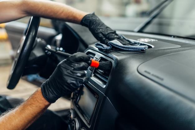 Détail automatique de l'intérieur de la voiture sur le service de lavage de voiture.