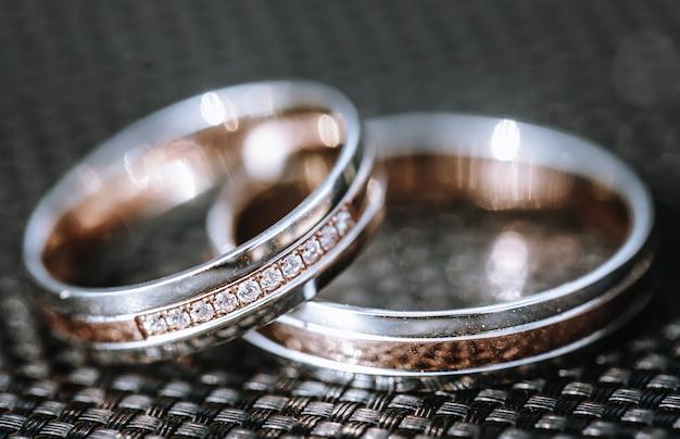 Détail d'une bague de mariage en or blanc de luxe